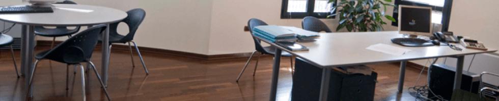 ufficio con i tavoli bianchi