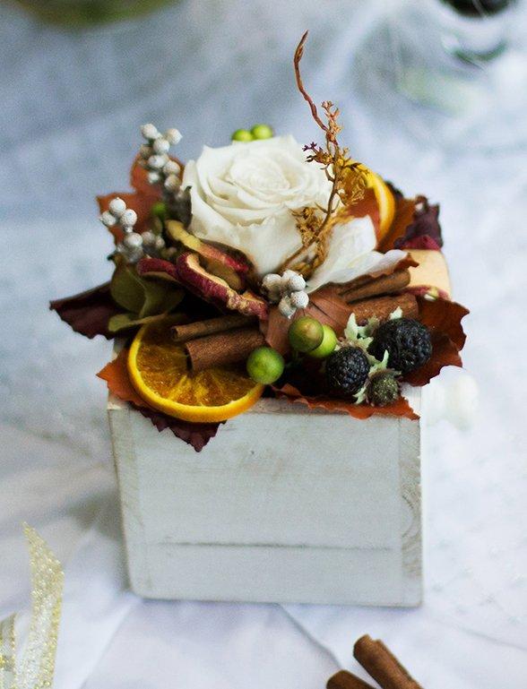 Originale centro con una rosa bianca, mela,arancione,vaniglia e frutti del bosco