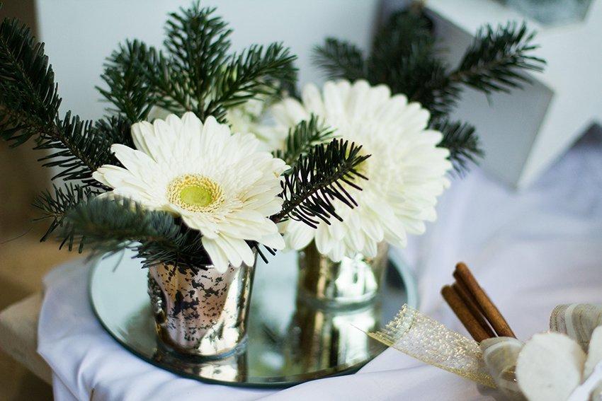 Foglie di pino e fiori bianche