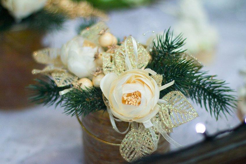 Foglie di neve, fiori bianchi e foglie di pino
