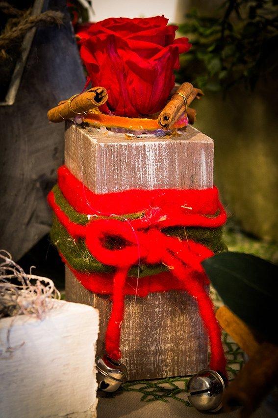 Rosa rossa, cannella e un laccio rosso decorando ornamento di natale