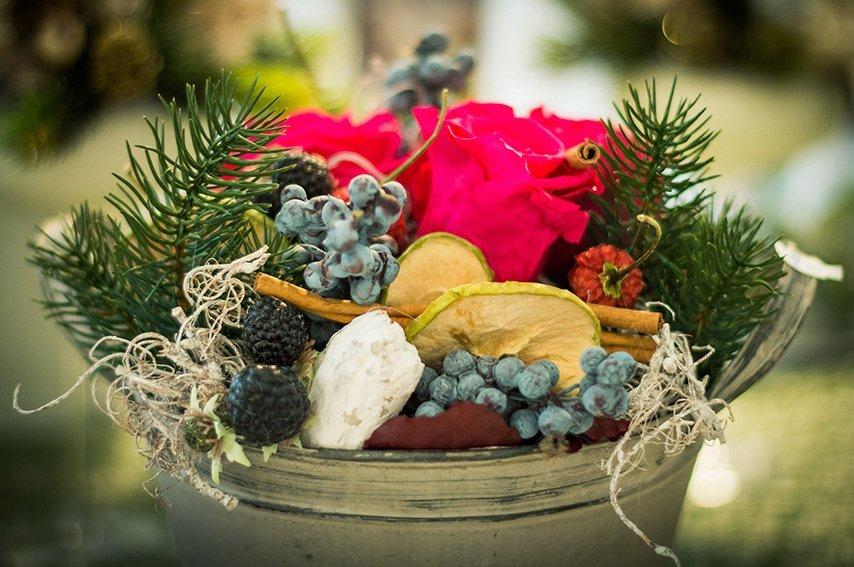 Centro con foglie di pino,mela,frutti del bosco,bacche e rose rosse