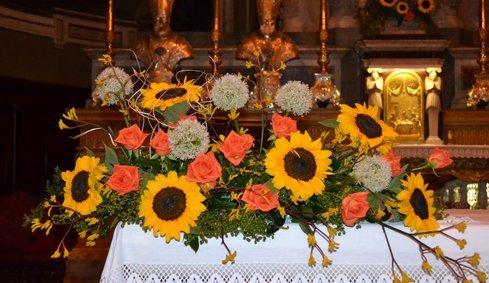 Centro di fiori gialle e rose arance