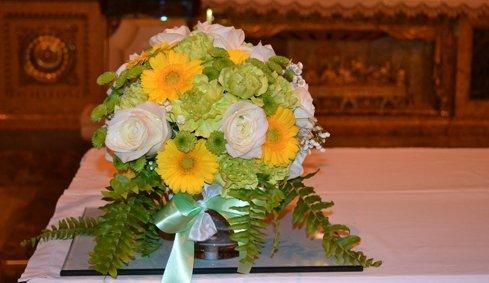 Mazzo di rose bianche e fiori gialli