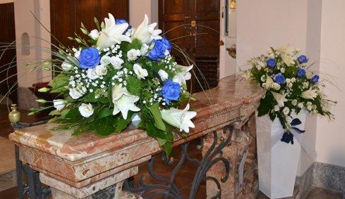 Rose blu e gigli bianchi