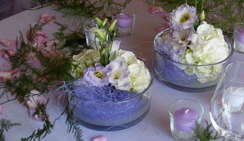 Cumulo di fiori lilas e bianche, vele lilas e petali rose