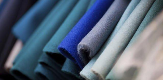 Campioni di tessuto di lana nella gamma di blu