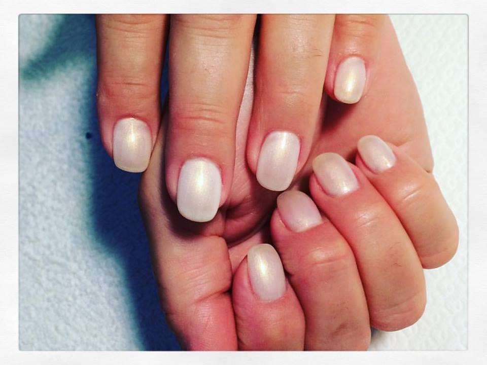 delle unghie con lo smalto di color bianco perlato