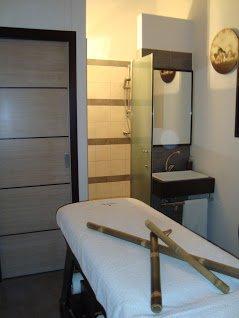 una spa con un lettino singolo e dei bamboo