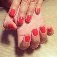 delle unghie con lo smalto di color rosso