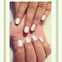 delle unghie con lo smalto bianco