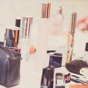 dei cosmetici e un pennello