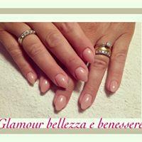 delle unghie con lo smalto di color rosa chiaro