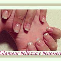 delle mani con le unghie con una  french manicure