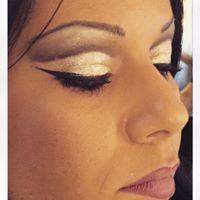 occhi di una donna con ombretto dorato