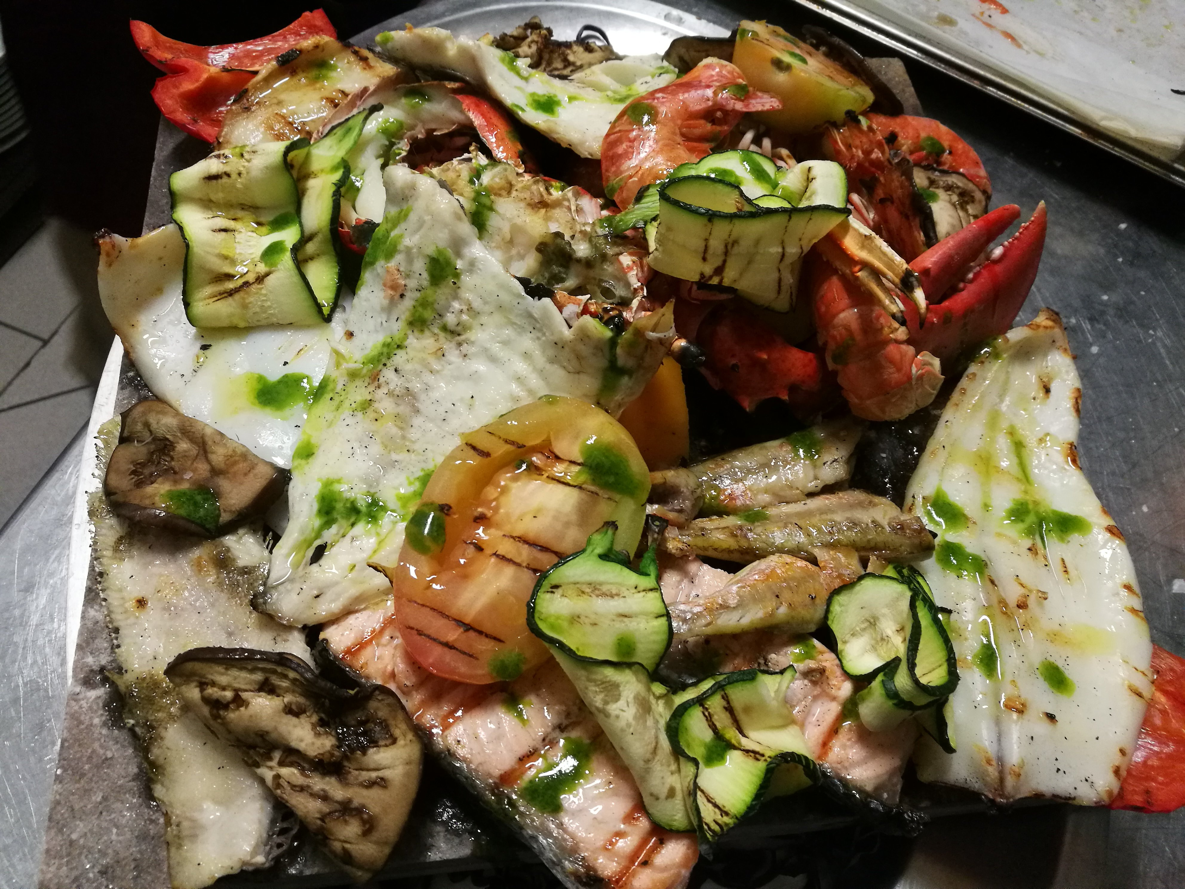 Piatto di carne a cottura media e patate al forno
