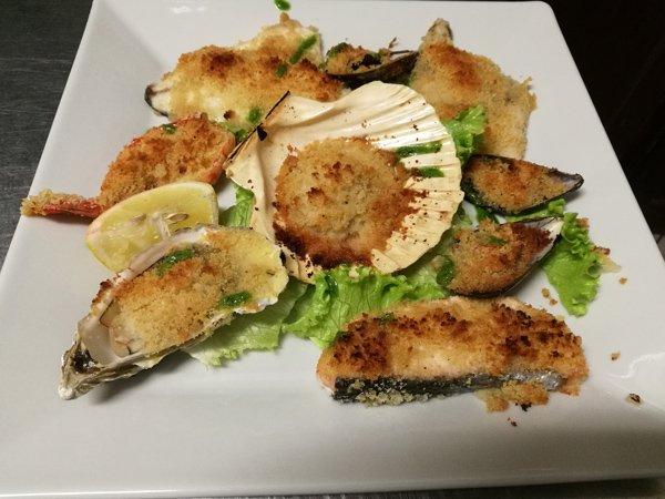 Trancio di salmone grigliato con spinaci e salsa a Villanova Canavese
