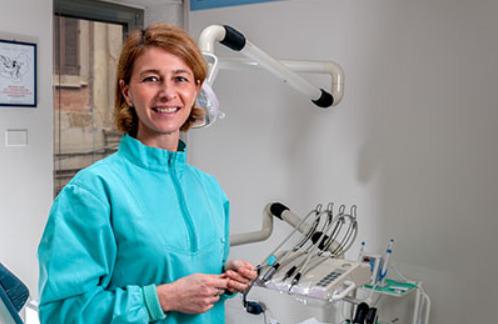 una dentista che sorride
