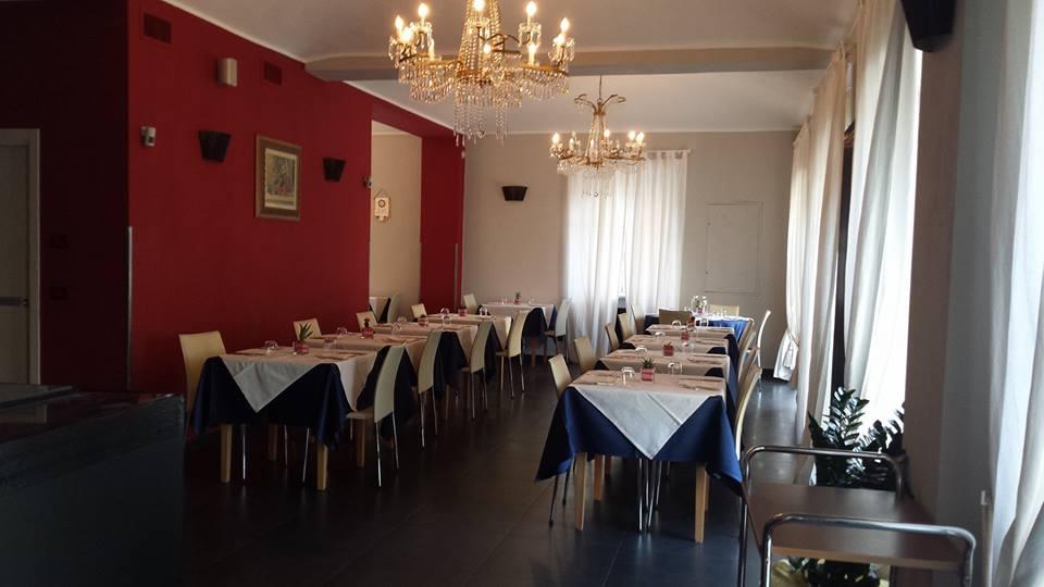 interno ristorante con tavoli apparecchiati