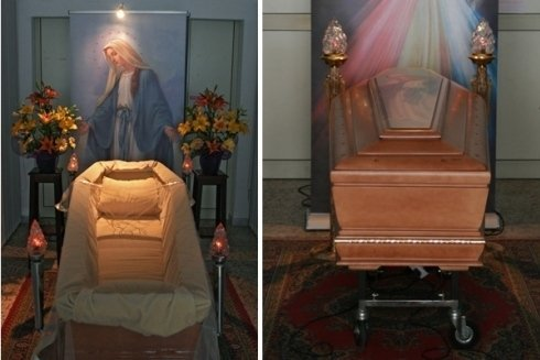 Feretro con icona della Vergine Maria.