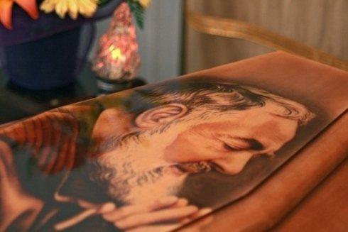 Cassa mortuaria con raffigurato Padre Pio.