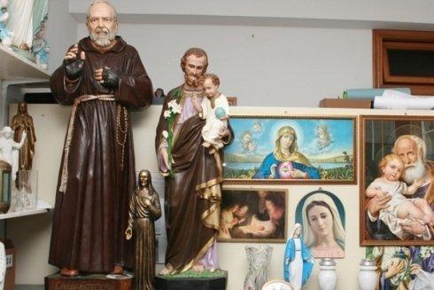 Quadri e statue religiose.