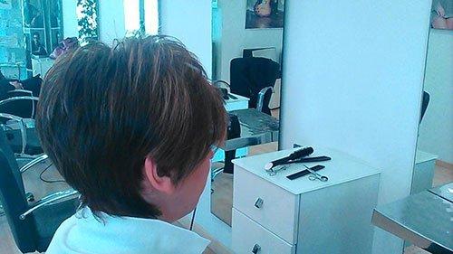 Ragazza con capelli corti
