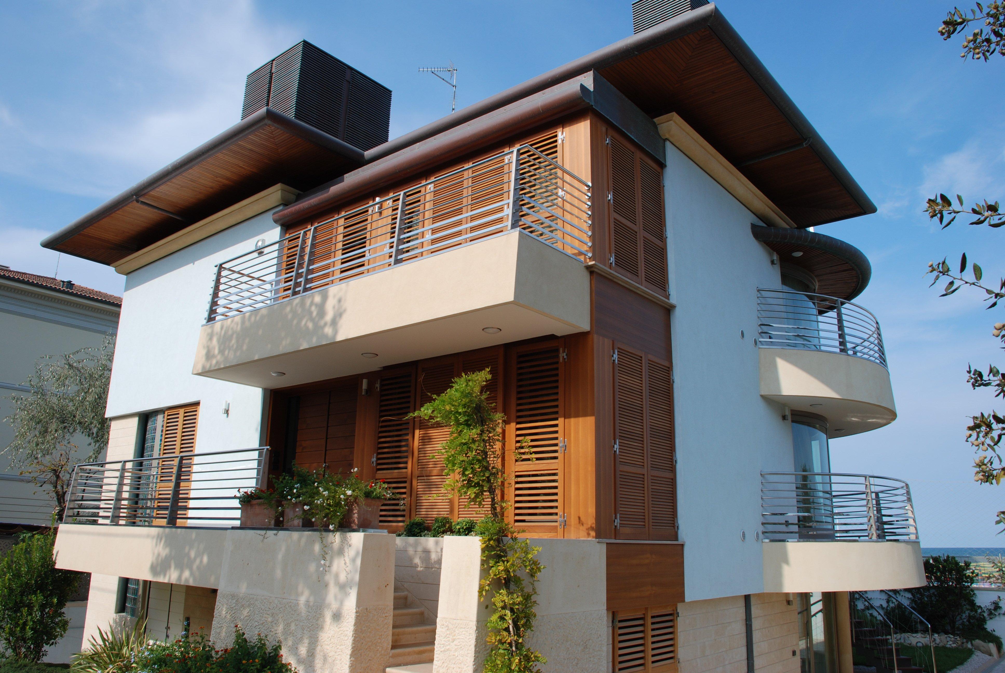 Vista di una sezione con serramenti in legno di una villa