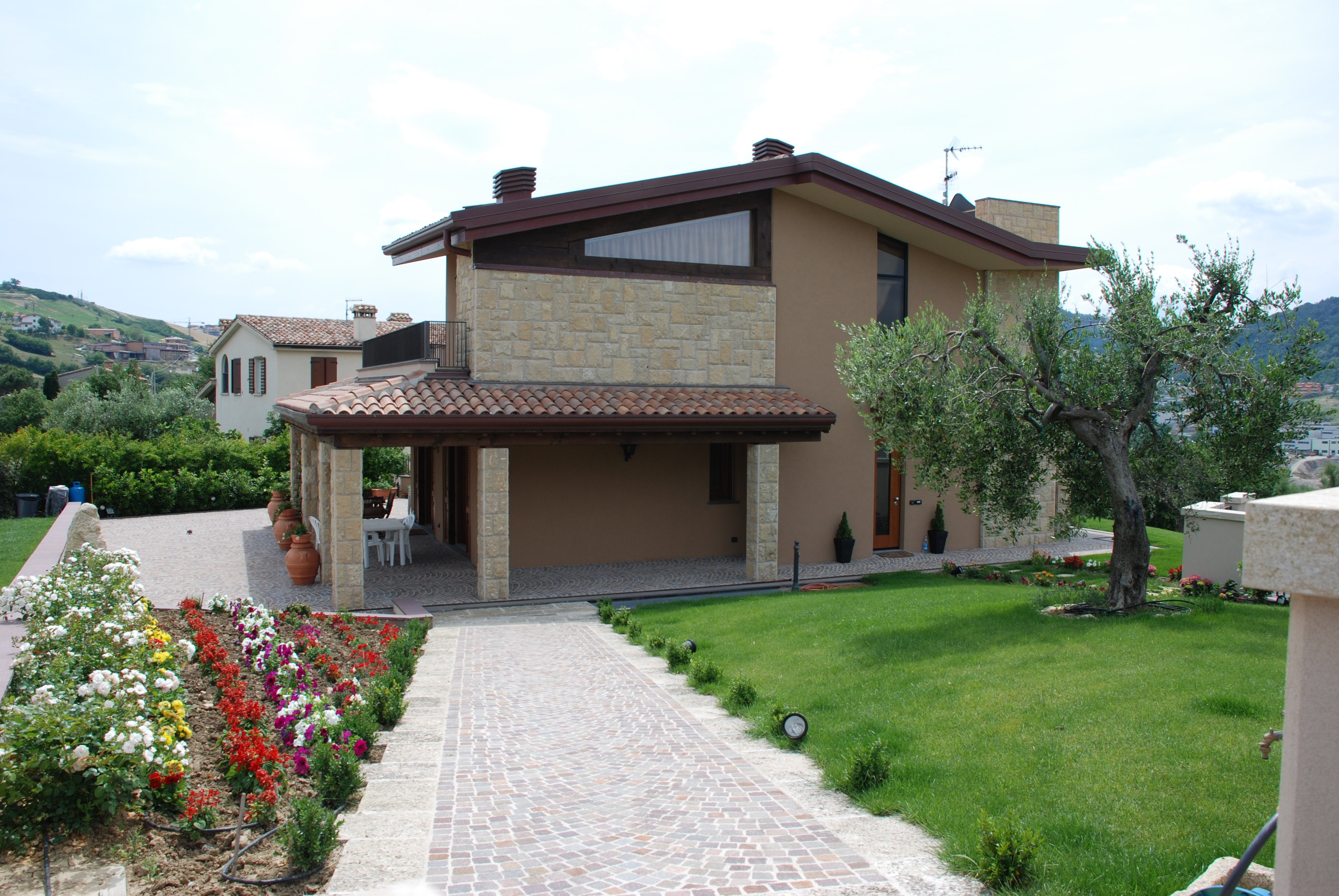 Villa in pietra con giardinetto e viottolo