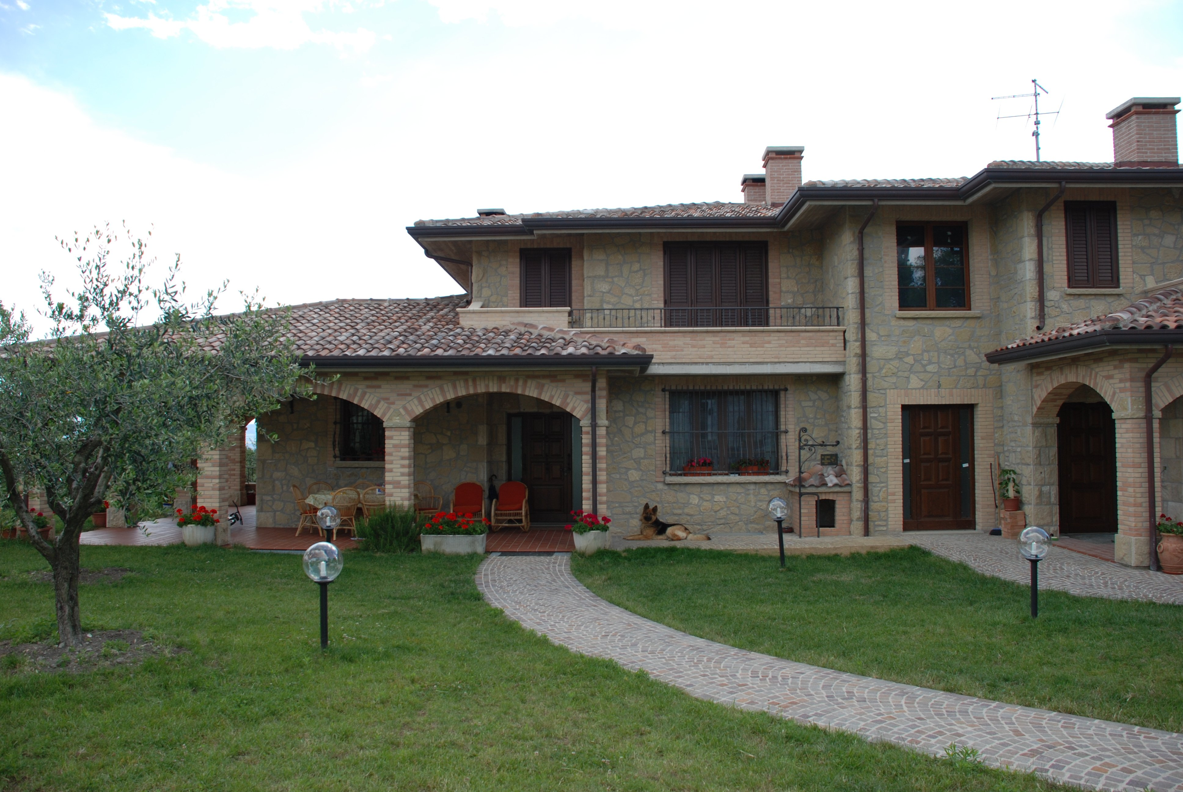 Villa in pietra con cortile e viottolo
