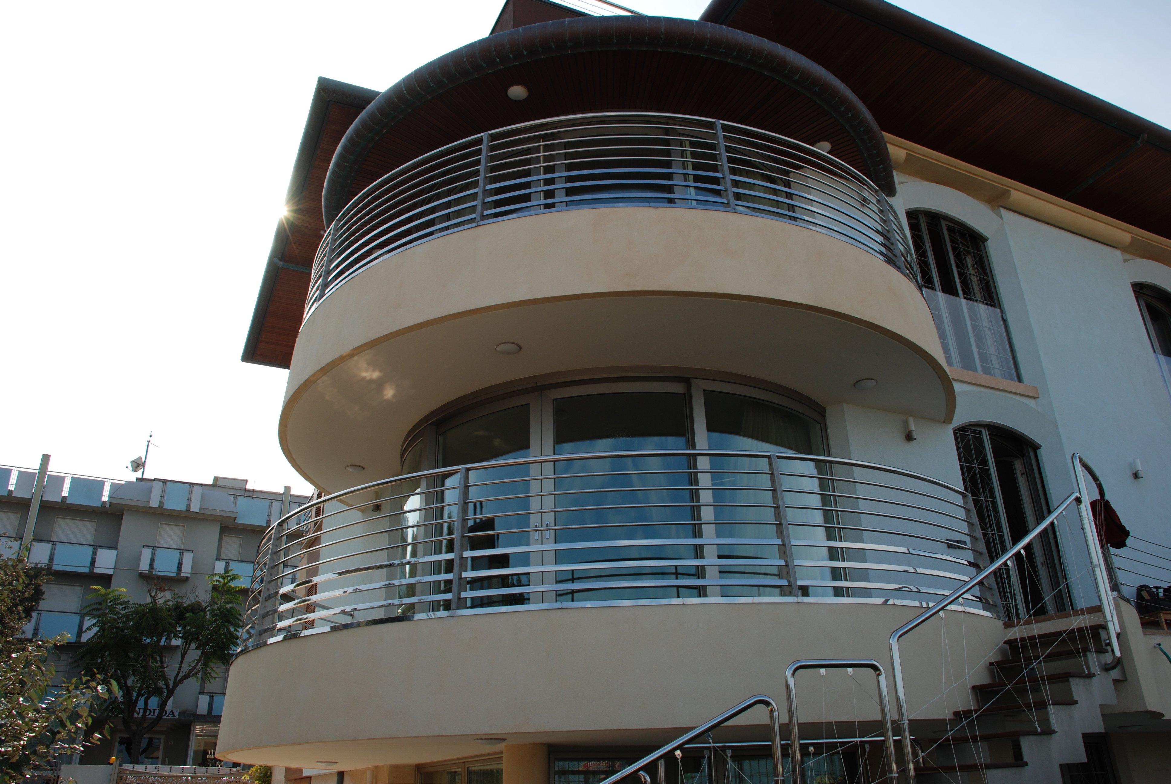 Balcone con rignhiera moderna a forma cilindrica