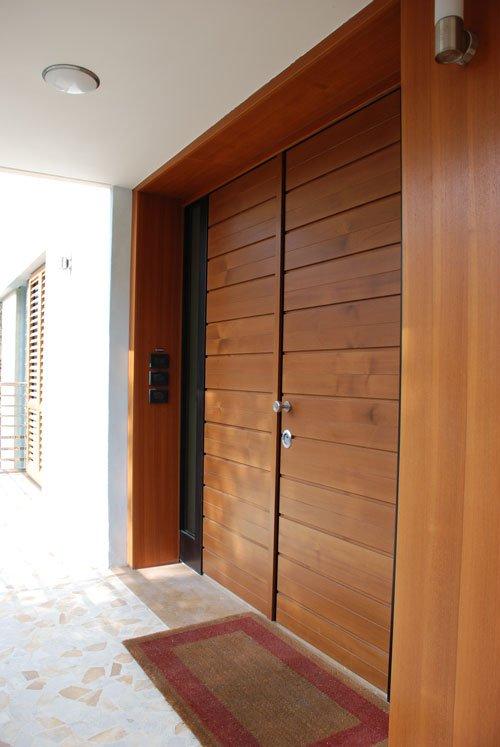una porta in legno vista di lato