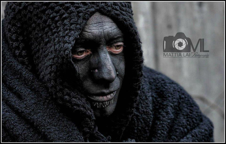 Uomo con viso dipinto di nero