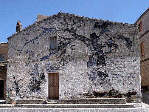 Un edificio con pittura murales