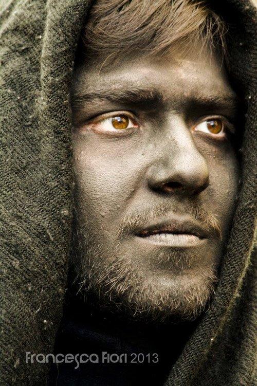 Primo piano di un uomo con la faccia dipinta di nero