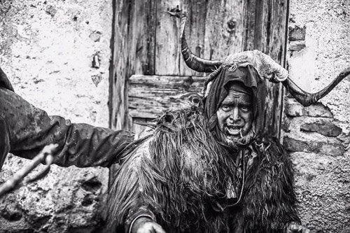 Un anziano in costume tipico sardo