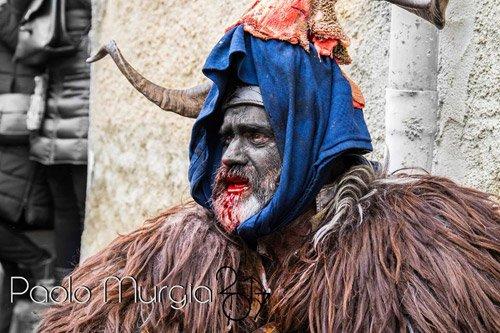 Uomo indossa una maschera tradizionale sarda