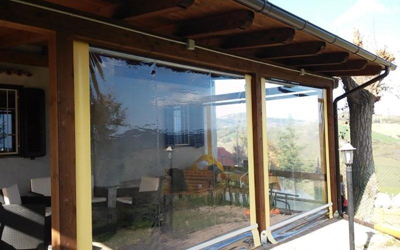 una veranda con dei divani