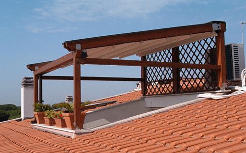 una copertura con un tetto in legno sopra un lucernario