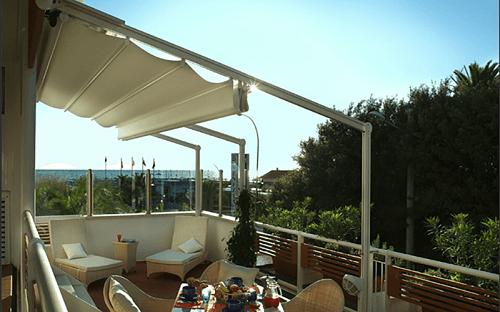 una terrazza con una struttura di ferro per una tenda da sole