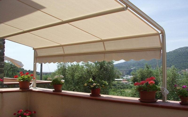 una terrazza con una tenda da sole di color bianco
