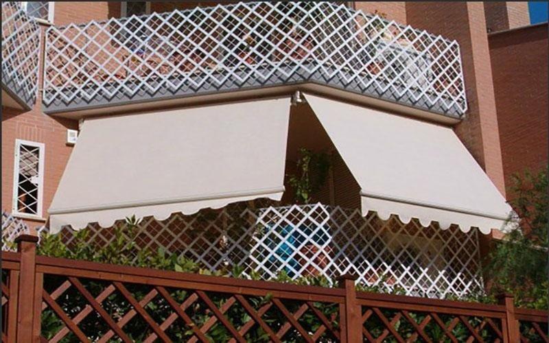 un balcone con due tende da sole