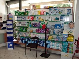 delle mensole con dei prodotti per  bambini in una farmacia
