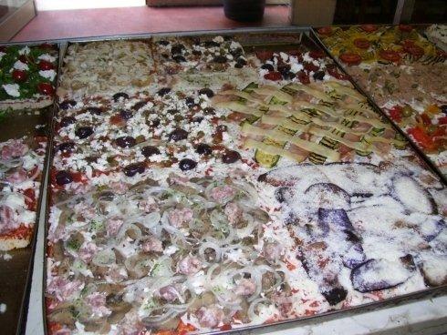 delle pizze in teglia farcite con ingredienti diversi