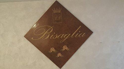 Piastrella con il nome serigrafiado in dorato , scudo di armi e tre fiori