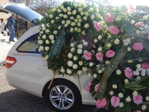 Carro funebre coperto di ghirlande funebri