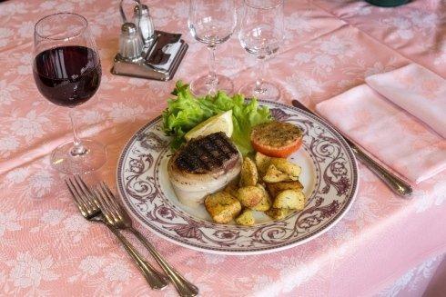 Carne alla brace con patate al forno