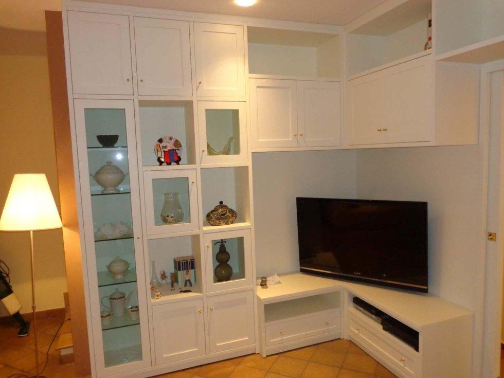 parte in legno laccato bianco per arredamento della sala