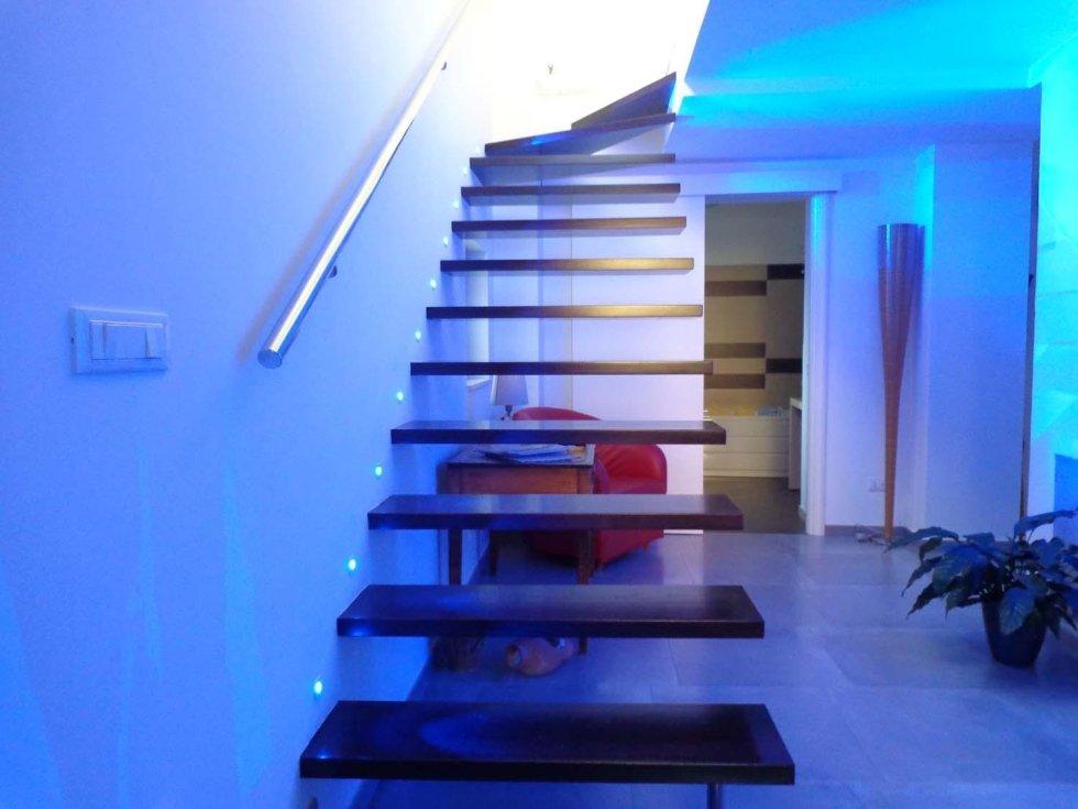 scala in legno e luci soffuse