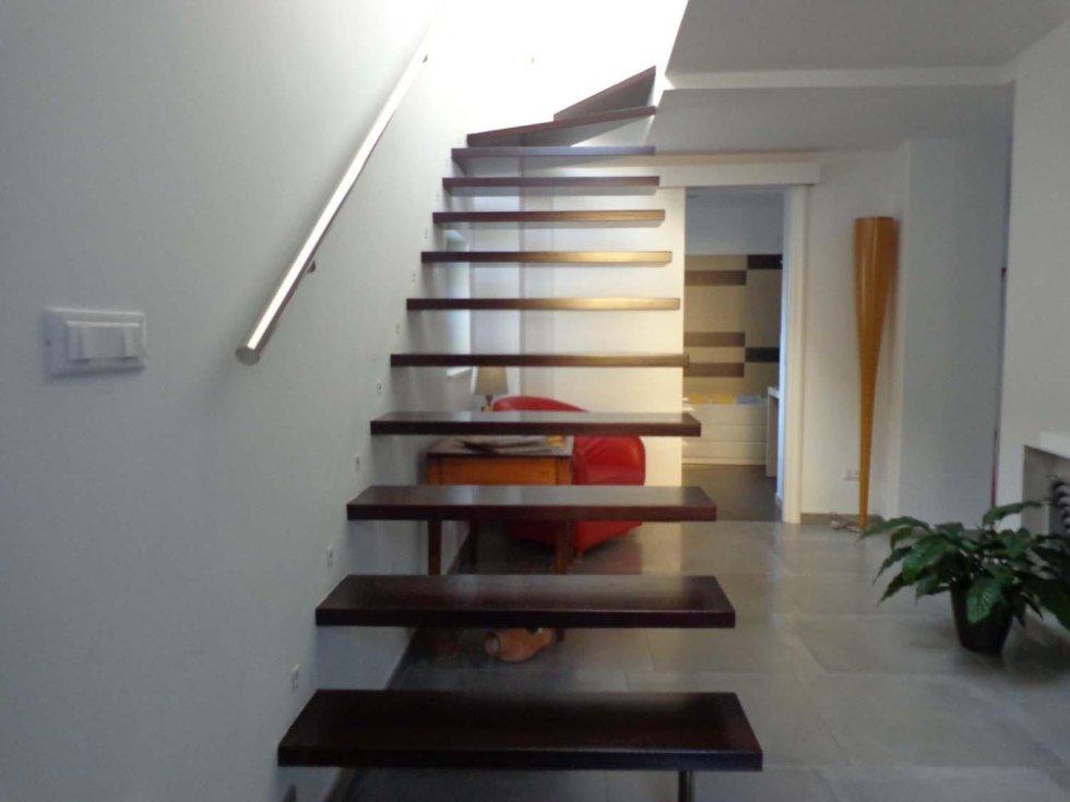scala in legno e luci accese